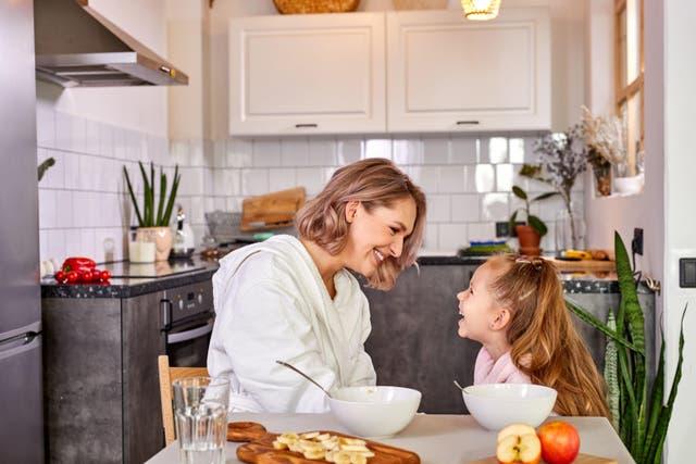 <p>Madre e hija comiendo papilla</p>