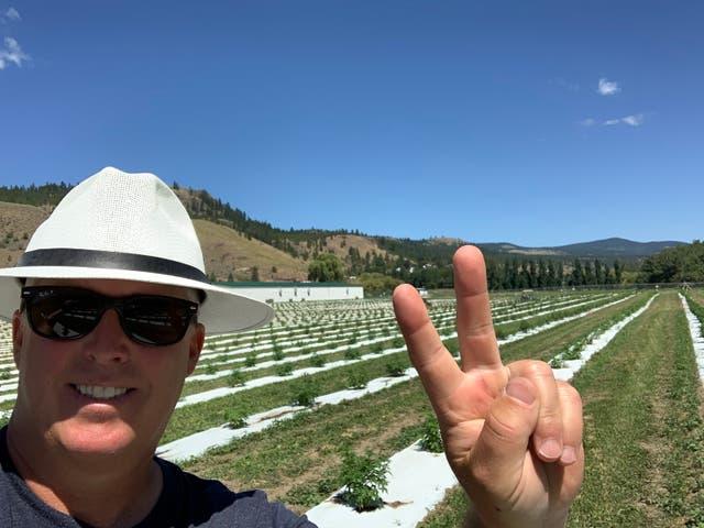 <p>Bill Bilton, fotografiado el 25 de junio. Detrás de él hay dos semanas de crecimiento de cultivos.</p>