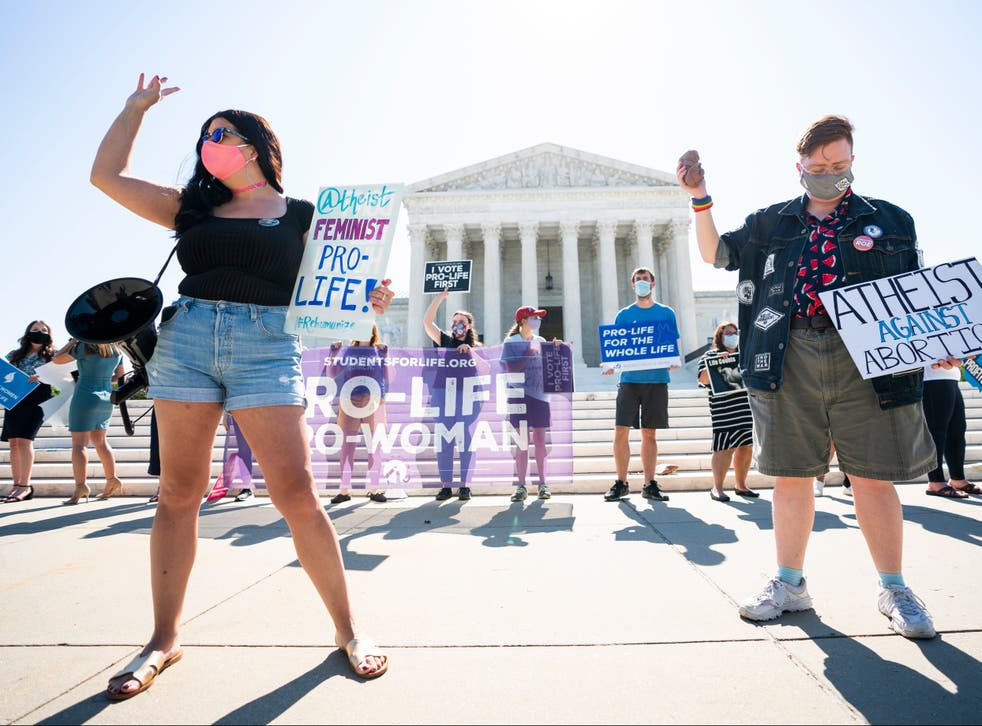 <p>Anti-abortion protesters in front of the Supreme Court</p>