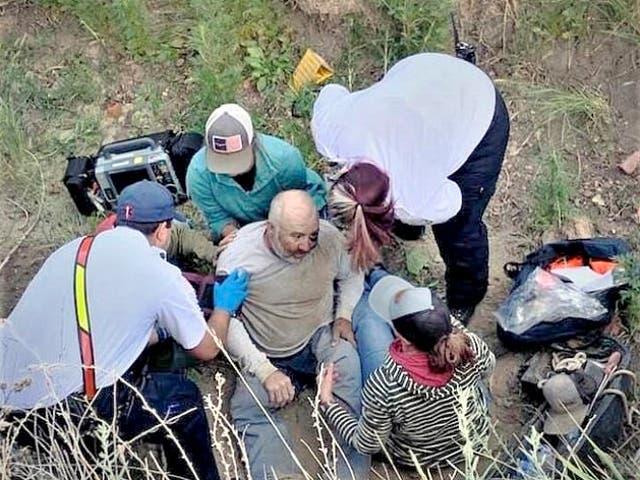 <p>Frank Reynolds sobrevivió con cerveza y agua durante 40 horas después de quedar atrapado debajo de un vehículo todo terreno.</p>