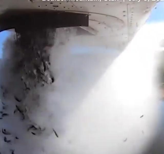 <p>Un avión arroja peces a un lago en Utah.</p>