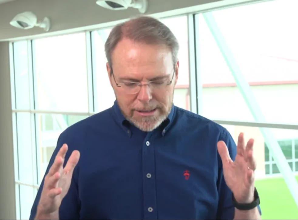 <p>El pastor Bruce Wesley de Clear Creek Community Church ora para que Dios detenga la pandemia de coronavirus después de que más de 125 personas contrajeron el virus en el campamento de verano para estudiantes con cubrebocas opcional de su iglesia.</p>