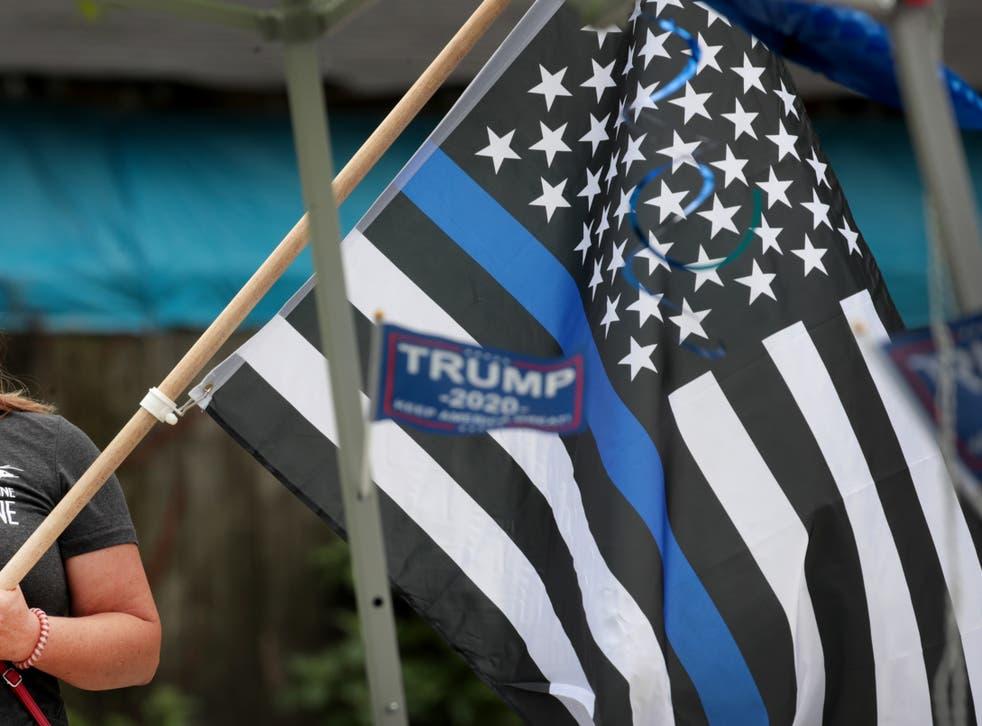 """<p>Una bandera en un mitin """"Back the Blue"""" cerca de la estación de policía de Homan Square el 15 de agosto de 2020 en Chicago, Illinois</p>"""