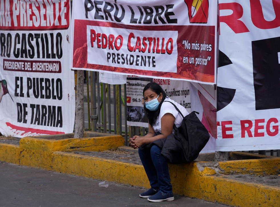 <p>Simpatizantes del candidato presidencial Pedro Castillo esperan afuera del Jurado Nacional de Elecciones (JNE) el anuncio del ganador oficial de la presidencia, en Lima, Perú, el lunes 12 de julio de 2021, un mes después de la segunda vuelta de las elecciones del 6 de junio. </p>