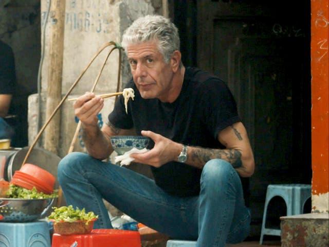 <p>El fallecido chef y presentador de viajes Anthony Bourdain, como se ve en una imagen promocional de 'Roadrunner: A Film About Anthony Bourdain'</p>