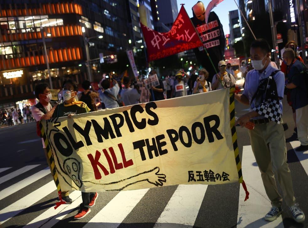<p>La gente protesta contra la visita del presidente del Comité Olímpico Internacional (COI), Thomas Bach, a Hiroshima, en Tokio.</p>