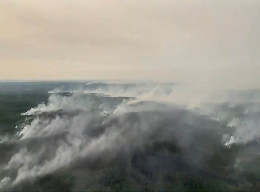 Russian military aircraft help fight wildfires in Siberia