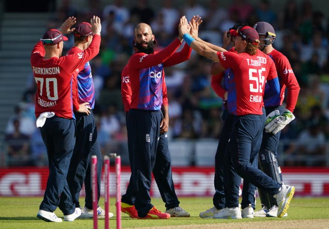 <p>Moeen Ali (centre) celebrates taking the wicket of Fakhar Zaman</p>