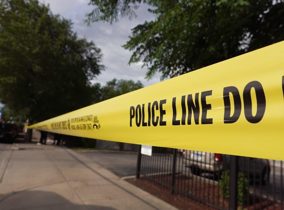 <p>Archivo: cinta policial rodea la escena de un crimen donde tres personas fueron baleadas el 23 de junio de 2021 en Chicago</p>