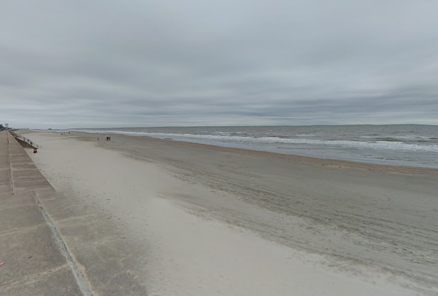 <p>La playa de Galveston, Texas.  Se alienta a los residentes a tomar precauciones debido al regreso de bacterias carnívoras que acechan en el agua.</p>