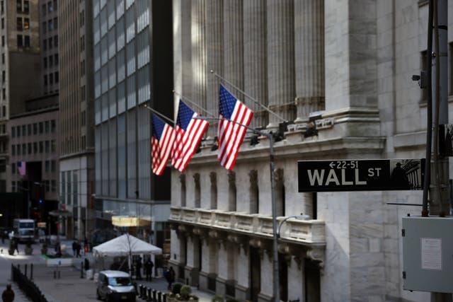 <p>Todos los índices principales de Wall Street experimentaron caídas sustanciales el lunes, ya que los temores sobre la propagación de la variante Delta de covid pueden obstaculizar la recuperación económica.</p>