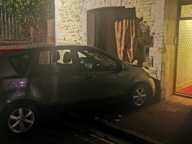 <p>El coche quedó incrustado en la pared de la fábrica de cannabis</p>