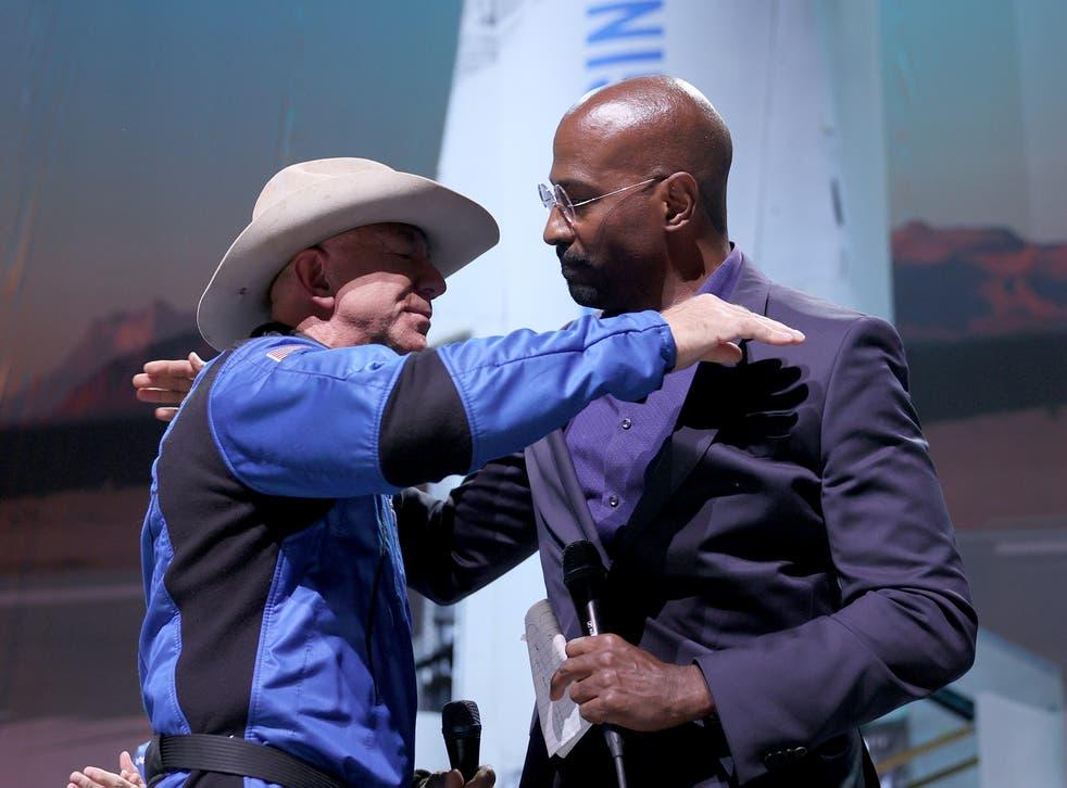 <p>Jones y Jeff Bezos</p>