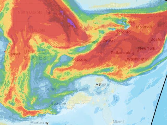 <p>Un mapa de la Administración Nacional Oceánica y Atmosférica muestra el humo integrado verticalmente que se origina en los incendios forestales que flotan sobre el centro y este de los EE. UU.</p>
