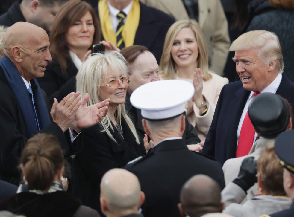 <p>Thomas Barrack, a la izquierda, con Miriam y Sheldon Adelson, saludan a Donald Trump frente al Capitolio de los Estados Unidos el día de su toma de posesión como presidente, el 20 de enero de 2017.</p>