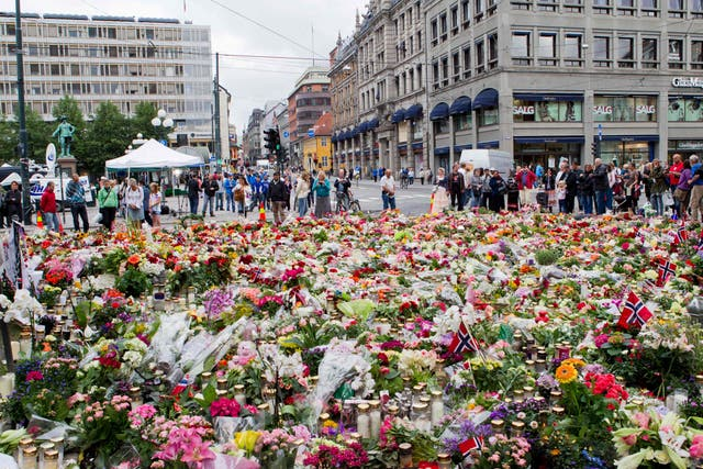 <p>People gather in Oslo on 25 July 2011 to pay tribute to the victims of the recent bombing and shooting spree</p>
