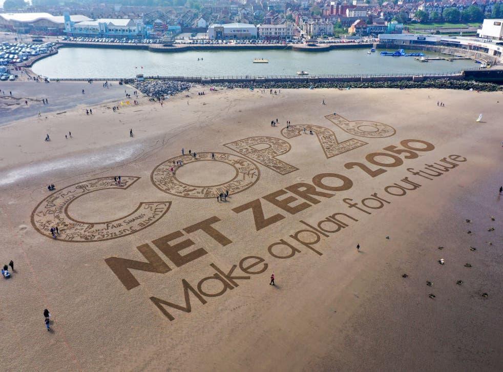 <p>Una obra de arte gigante de arena en New Brighton Beach, Merseyside, para resaltar el calentamiento global y la próxima conferencia climática global Cop26 el 31 de mayo</p>