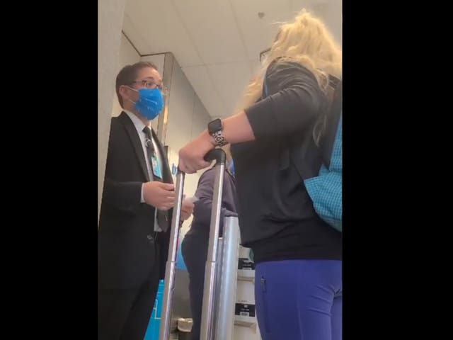 <p>Un gerente de facturación del aeropuerto responde a un cliente enojado</p>
