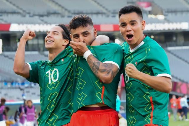 <p>El mexicano Alexis Vega, en el centro, celebra su gol con sus compañeros Carlos Rodríguez, derecha, y Diego Lainez durante un partido de fútbol masculino contra Francia en los Juegos Olímpicos de Verano de 2020, el jueves 22 de julio de 2021, en Tokio, Japón.</p>