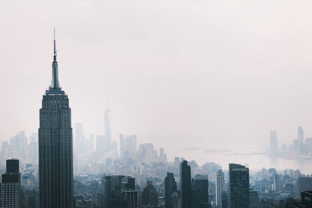 El horizonte de Manhattan continúa sentado bajo una neblina el 21 de julio