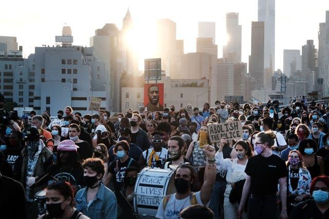 <p>Los partidarios de Black Lives Matter y otros marchan en la ciudad de Nueva York el 25 de mayo, en honor a George Floyd en el primer aniversario de su muerte.</p>