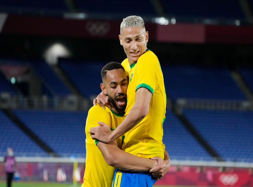 <p>Richarlison de Andrade, derecha, de Brasil celebra anotar el tercer gol de su equipo contra Alemania durante un partido de fútbol masculino en los Juegos Olímpicos de Verano de 2020, el jueves 22 de julio de 2021, en Yokohama, Japón.</p>