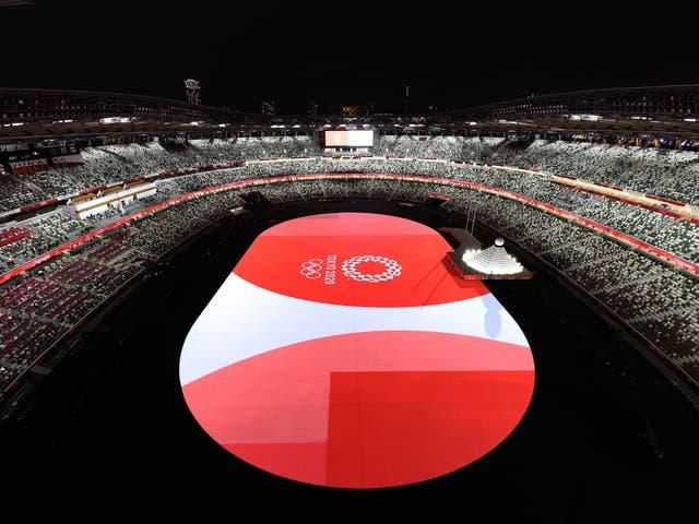 <p>Una vista general del interior del estadio como el logotipo de Tokio 2020 y los anillos olímpicos se ven antes de la ceremonia de apertura de los Juegos Olímpicos de Tokio 2020</p>