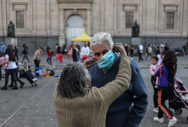 <p>Alicia Sepúlveda, de 89 años, le coloca una mascarilla a su hermano Luis, de 66 años, en la Plaza de Armas en el centro de Santiago, Chile, el martes 20 de julio de 2021. Santiago avanza hacia la Fase 3, que termina con la cuarentena de fin de semana y permite que más personas ingresen a restaurantes y gimnasios a medida que la ciudad relaja sus reglas de cierre.</p>
