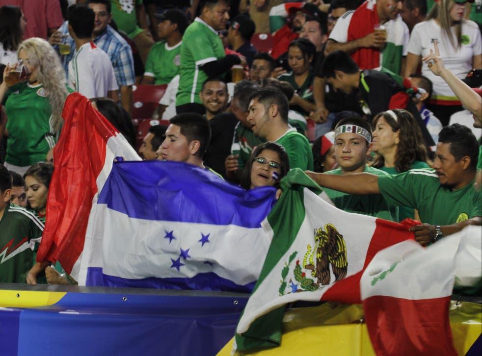 <p>En esta foto de archivo, se observan fanáticos del fútbol nacional de México y Honduras reunidos en el estadio de la Universidad de Phoenix en Glendale, Arizona, el 20 de julio de 2017. Ambos equipos se enfrentarán nuevamente este fin de semana en el mismo recinto, ahora nombrado State Farm Stadium, dentro del marco de la Copa Oro 2021.</p>