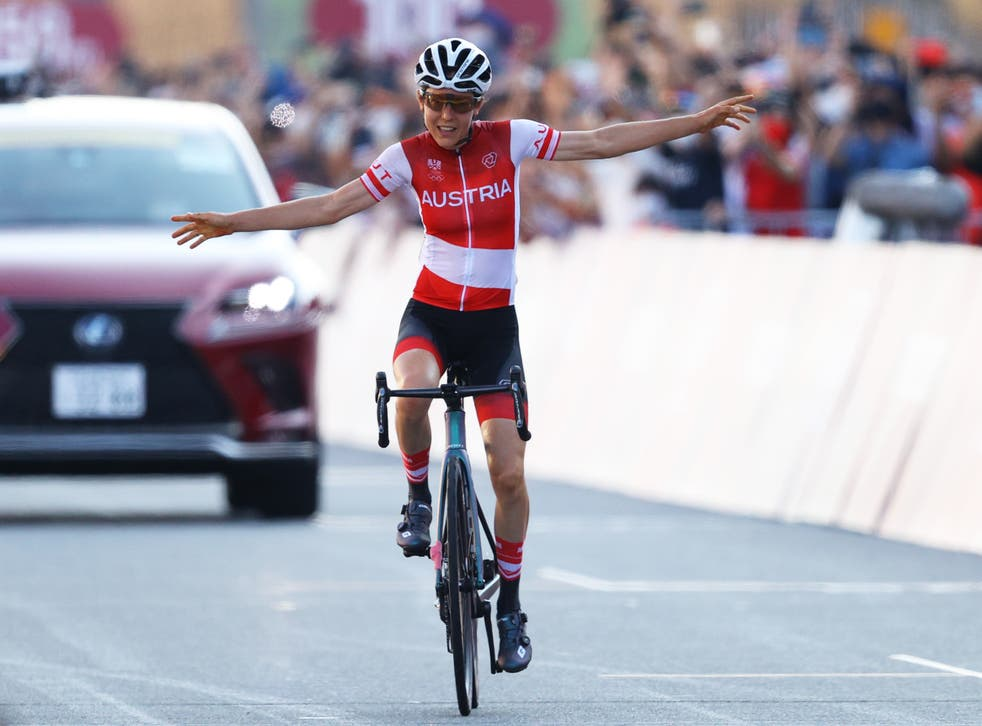 <p>Anna Kiesenhofer celebrates winning gold</p>