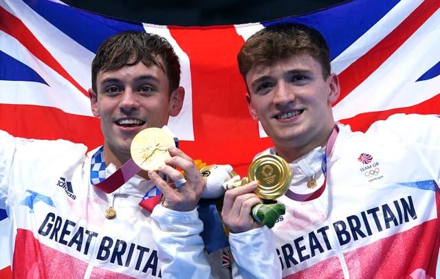<p>Tom Daley de Gran Bretaña (izquierda) y Matty Lee celebran con sus medallas de oro (Adam Davy / PA)</p>