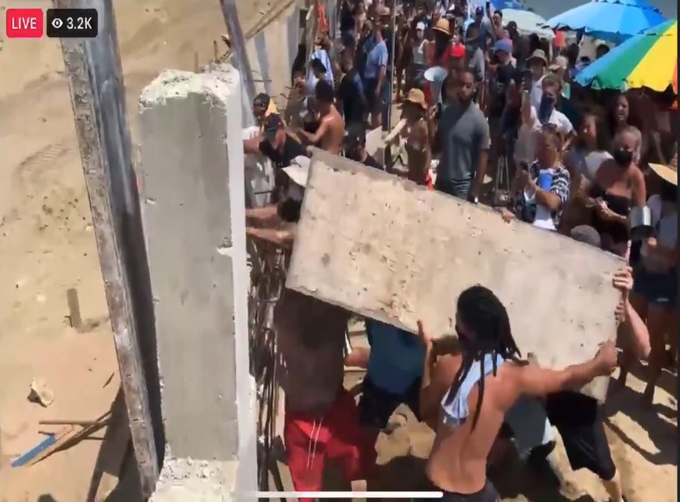 <p>Activists block Puerto Rico development</p>