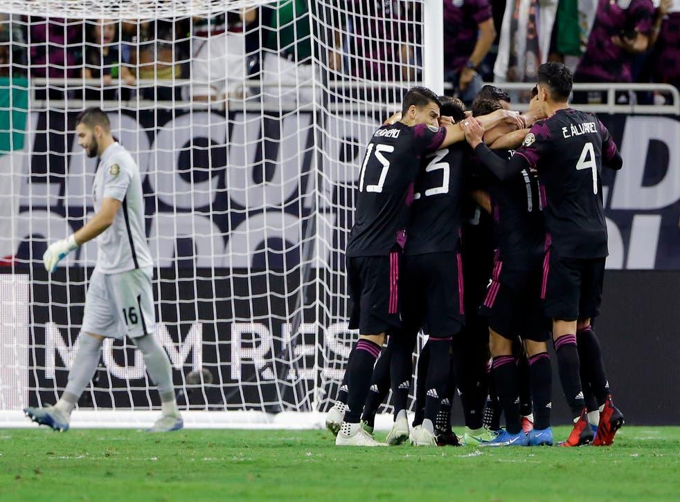 <p>México celebra un gol del mediocampista Orbelin Pineda mientras el arquero canadiense Maxime Crepeau, izquierda, se aleja durante la primera mitad de una semifinal de fútbol de la Copa Oro de la CONCACAF el jueves 29 de julio de 2021 en Houston, Texas.</p>