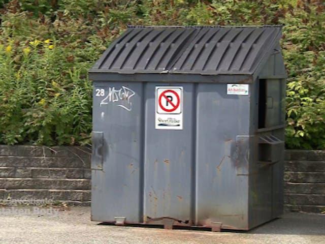 Los funcionarios tomaron la decisión de deshacerse de lo que creían que era un maniquí en un contenedor de basura en el servicio de policía de Sherbrooke, que era inaccesible para el público.