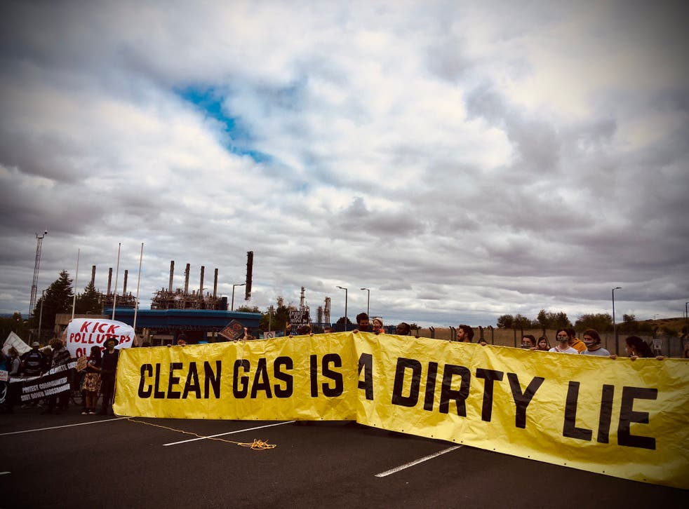 <p>Protesters at the Mosmorran chemical plant in west Fife</p>