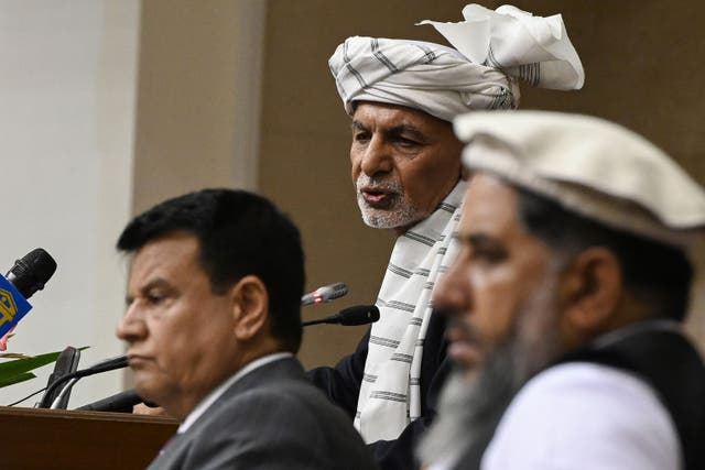 <p>President Ashraf Ghani, centre, speaks during a meeting at the Afghan Parliament house in Kabul </p>
