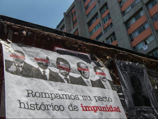 <p>Una manta que muestra imágenes de varios ex presidentes mexicanos, oscureciendo sus ojos con barras rojas y pidiendo a los ciudadanos que participen en un referéndum sobre si deben ser juzgados por sus presuntos crímenes durante su mandato, cuelga de una pared en la Ciudad de México el domingo 1 de agosto de 2021. </p>