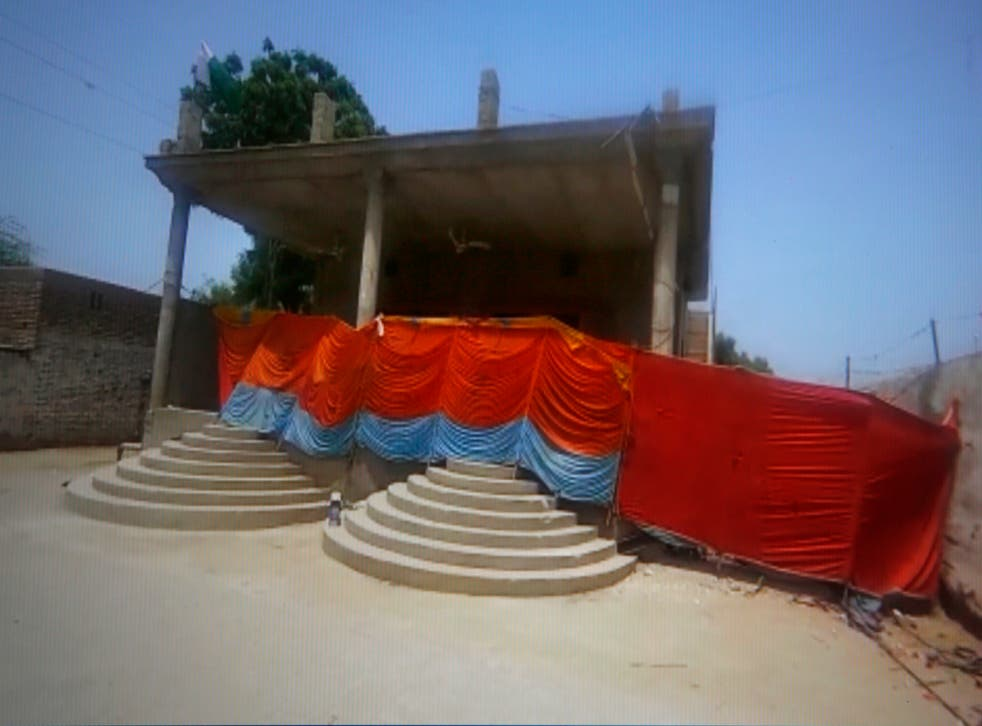 <p>The temple is located in the town of Bhong in the Rahim Yar Khan district </p>