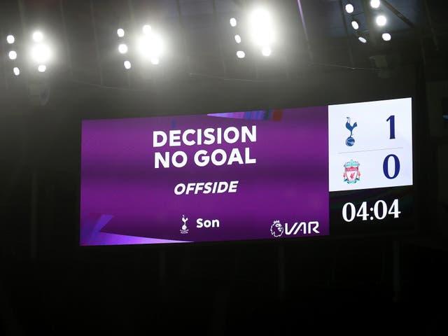 <p>Las repeticiones de los fuera de lugar ya no se mostrarán en las pantallas de los estadios.</p>