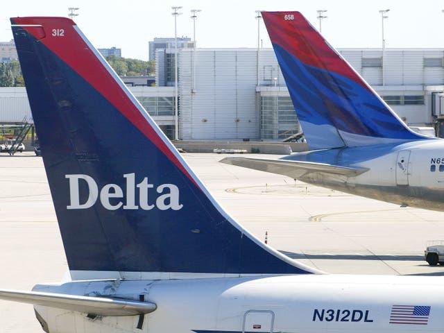 Las colas de dos aviones de Delta Air Lines son visibles en sus puertas el 17 de septiembre de 2004