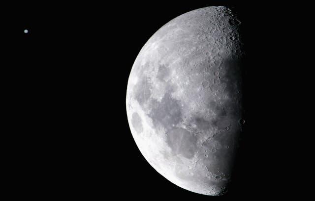 <p> La oposición de Júpiter tiene lugar unos días antes de la Luna llena, que es el 22 de agosto.  </p>