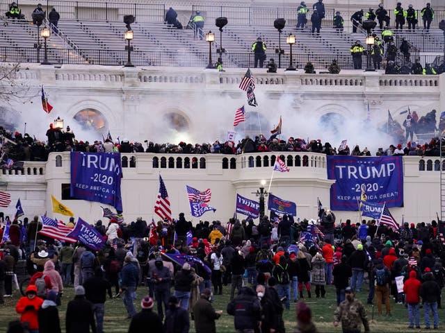 Los alborotadores asaltan el Capitolio de los Estados Unidos el 6 de enero de 2021