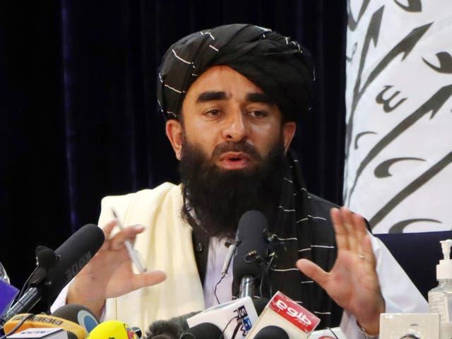 El portavoz de los talibanes, Zabihullah Mujahid, habla durante una conferencia de prensa en Kabul, Afganistán, el 17 de agosto de 2021.
