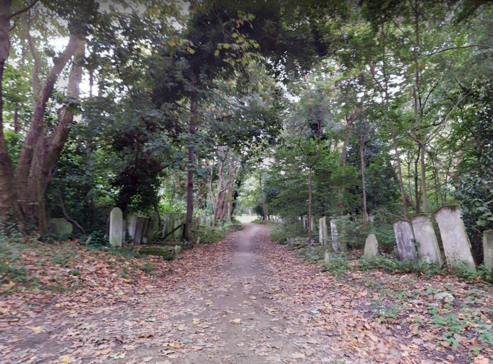 El cuerpo de un hombre de 50 años fue encontrado en Tower Hamlets Cemetery Park el lunes por la mañana.