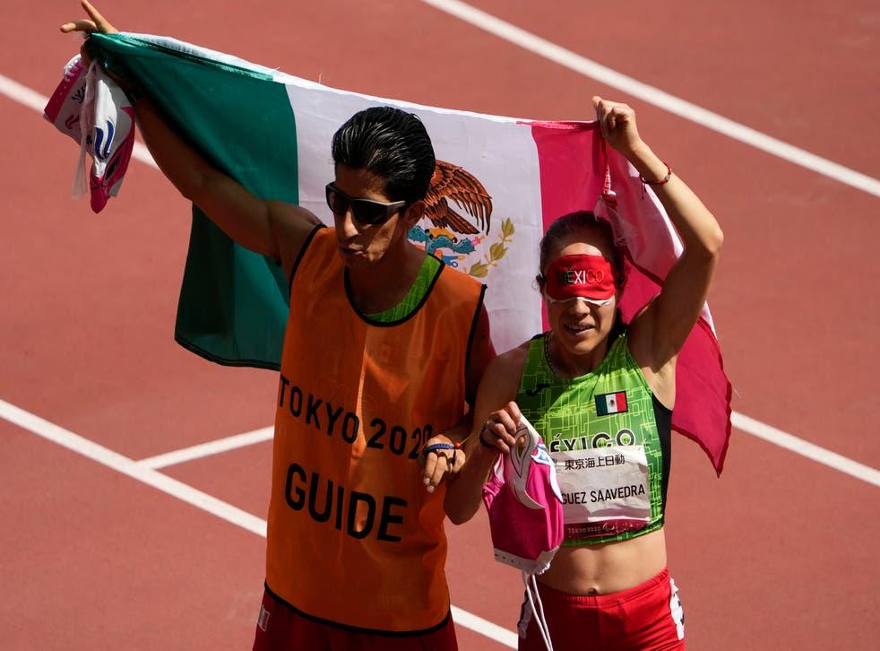 <p>La mexicana Mónica Olivia Rodríguez Saavedra, derecha, y su guía, Kevin Teodoro Aguilar Pérez, celebran durante los 1500m T11 femeninos de los Juegos Paralímpicos de 2020 en el Estadio Nacional de Tokio, el lunes 30 de agosto de 2021.</p>