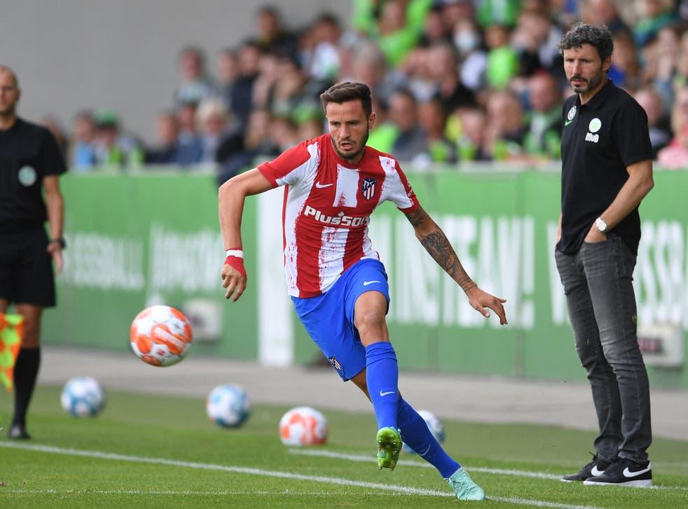 <p>Saul Niguez plays the ball against Wolfsburg</p>