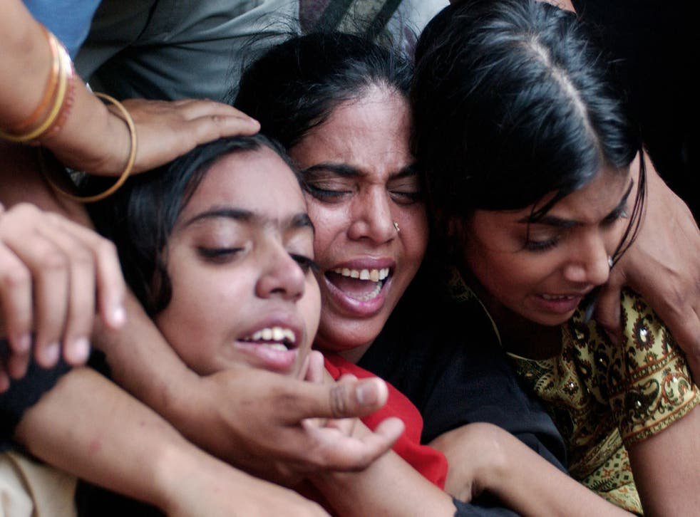 <p>Relatives grieve the death of 45 year old Najma, a suspected dengue patient</p>