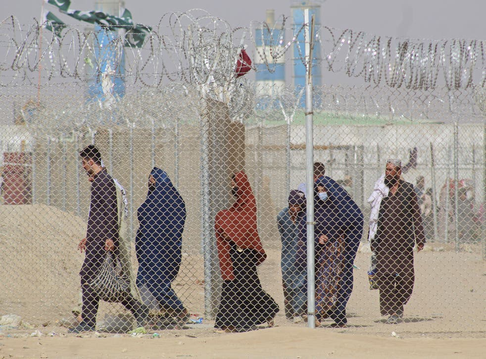 <p>Afghan nationals crossing into Pakistan </p>