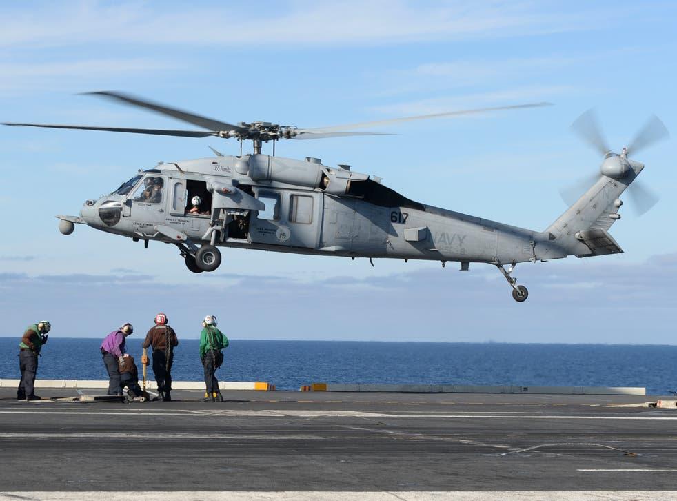 Una foto de archivo de un helicóptero MH-60S Seak Hawk operando desde la cubierta de un portaaviones