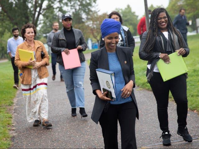 La representante Ilhan Omar lleva a sus aliados progresistas al Congreso y a la representante del estado de Minnesota Mary Kunesh-Podein a una conferencia de prensa sobre el oleoducto Enbridge Line 3 en Boom Island Park en Minneapolis el viernes 3 de septiembre de 2021 (Evan Frost / Minnesota Public Radio vía AP)